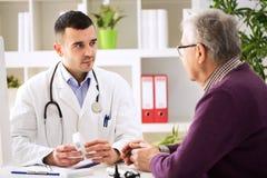 Doktorski ordynacyjny pacjent z medycyna lekami obraz royalty free