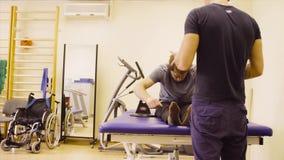 Doktorski physiotherapist wyjaśnia pacjent dlaczego robić ćwiczeniu zbiory