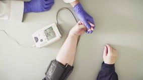 Doktorski pomiarowy ciśnienie krwi starsza kobieta zdjęcie wideo
