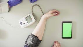 Doktorski pomiarowy ciśnienie krwi starsza kobieta zbiory wideo
