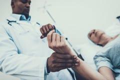 Doktorski pomiarowy puls Pacjent na rehabilitaci obrazy royalty free