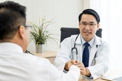 Doktorski portret w medycznym biurze zdjęcie stock