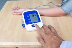Doktorski prasowy początku guzik na ciśnieniu krwi odizolowywającym na białych półdupkach Zdjęcia Stock