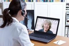 Doktorski promieniowanie rentgenowskie laptopu pacjenta telehealth obraz stock