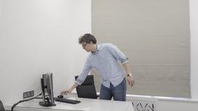 Doktorski przybycie przy rankiem w kliniki biurze i zmiana na komputerze osobistym zdjęcie wideo