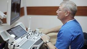Doktorski radiolog egzamininuje podbrzusze męski pacjent z ultradźwiękiem zbiory wideo