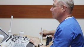 Doktorski radiolog egzamininuje podbrzusze męski pacjent z ultradźwiękiem zbiory