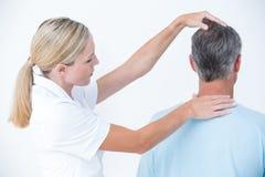 Doktorski robić szyi dostosowaniu zdjęcie stock