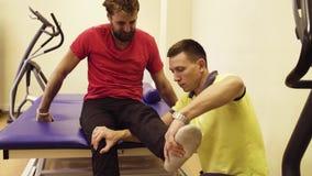 Doktorski robi rozciąganie ćwiczy dla niepełnosprawnego mężczyzna zbiory wideo