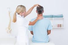 Doktorski robi szyi dostosowanie zdjęcie stock