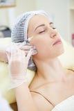 Doktorski robi zastrzyk kobiety twarz Zdjęcie Stock