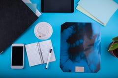Doktorski ` s workspace Roentgen wizerunek jelita obrazy royalty free