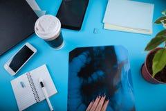 Doktorski ` s workspace Roentgen wizerunek jelita zdjęcie royalty free