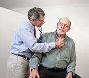 doktorski serce słucha mężczyzna stary s fotografia royalty free