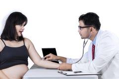 Doktorski sprawdza bicie serca Fotografia Royalty Free