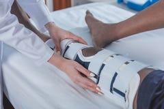 doktorski sprawdza cierpliwy noga bras obrazy stock