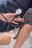 Doktorski sprawdza cierpliwy puls w klinice Fotografia Stock