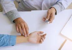 Doktorski sprawdza puls kobiety pacjent dla bicia serca Opieka zdrowotna c Obraz Royalty Free