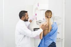 Doktorski Trwanie Pomaga pacjent Przechodzi mammografiego promieniowanie rentgenowskie Tes obrazy royalty free