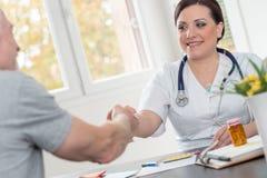 Doktorski uścisk dłoni z pacjentem Fotografia Royalty Free