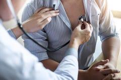 Doktorski używać stetoskop sprawdza pacjenta z egzamininować, przedstawiający wynika objaw i poleca traktowanie metodę, opieka zd zdjęcie royalty free