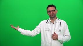 Doktorski udźwig Lub Przedstawiać Coś na zieleń ekranie Prawa strona zbiory wideo