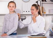 Doktorski wiodący medyczny spotkanie dziewczyna z stetoskopem obrazy stock