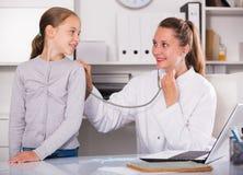 Doktorski wiodący medyczny spotkanie z stetoskopem obrazy stock