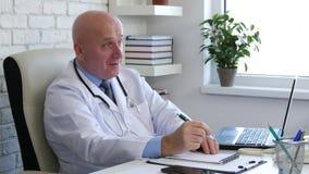 Doktorski wizerunek w szpitalnym gabinecie opowiada z pacjentem zbiory