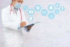 Doktorski writing i podsadzkowa cierpliwa registraton forma, opieka zdrowotna, medyczni i bierzemy opieki pojęcie z zdrową ikoną Fotografia Stock