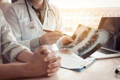 Doktorski wskazywać promieniowania rentgenowskiego prześcieradło i opisuje wirusową chorobę zdjęcie royalty free