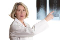 Doktorski wskazywać przy radiograph Zdjęcia Royalty Free