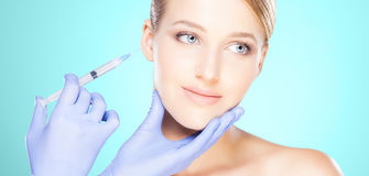 Doktorski wstrzykiwanie w pięknej twarzy młoda kobieta Klingeryt s Obraz Stock