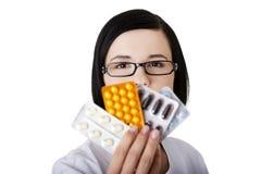 Doktorskich lub pielęgniarka mienia lek na receptę Obrazy Stock