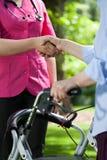 Doktorskie chwianie ręki z pacjentem outdoors Fotografia Stock