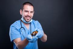 Doktorskie jest ubranym pętaczki rozlewa wybory od butelki Fotografia Royalty Free