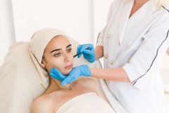 Doktorskie rysunek oceny na żeńskiej twarzy zdjęcie stock