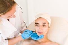 Doktorskie rysunek oceny na żeńskiej twarzy obraz stock