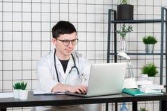 Doktorskie wchodzić do pacjent notatki na laptopie w operaci obrazy stock