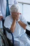 Doktorskiego dosunięcia starszy pacjent na wózku inwalidzkim w przejściu Obrazy Stock