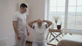 Doktorskiego przedstawienia pożytecznie ćwiczenie dla starszego mężczyzna zdjęcie wideo