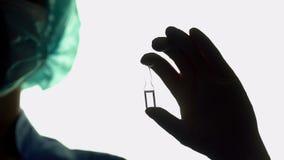 Doktorskiego ręki mienia krowiankowy zbliżenie, ratowania lekarstwo, nowy medyczny produkt Obrazy Stock