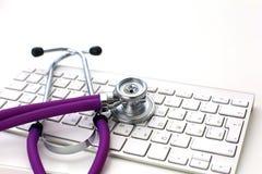 Doktorskiego ` s workspace pracujący stół z cierpliwą ` s rozładowania pustego papieru formą, medyczna recepta, stetoskop na biur fotografia royalty free