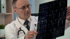 Doktorskiego studiowania pacjentów chory mri, znalezisko szkoda w karkowym kręgosłupie, diagnostycy zdjęcie royalty free
