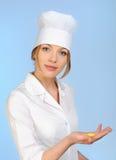 doktorskiej mienia medycznej pigułki uśmiechnięta kobieta Zdjęcia Royalty Free
