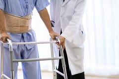Doktorskiej pomocy starszy używa dorosły piechur obraz stock