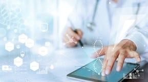 Doktorskiej ręki wzruszający komputerowy interfejs jako medyczna sieć zdjęcie stock