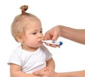 Doktorskiej ręki pomiarowa temperatura dziecko berbecia dziecka dzieciak Fotografia Stock