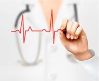 Doktorskiej ręki rysunkowy kardiogram Zdjęcie Stock