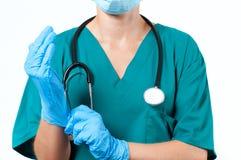 Doktorskirurgen i steril maskering bär handskar för kirurgi royaltyfria bilder